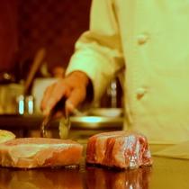 月桃庵では目の前でステーキを焼きます