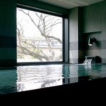 木立越しに十和田湖が望める展望風呂
