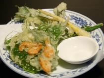 地元でとれた山菜の天ぷら