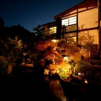 ◇【外観】夜の中庭と池