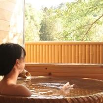 ■客室専用露天風呂から緑を望む