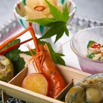 【ご夕食一例】調理方法や盛り付けは繊細かつ華やかに、一品一品手間を惜しまず作るおもてなし料理です。