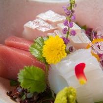 【ご夕食一例】飛騨高山の旬食材、日本海から直送された新鮮な魚介類を使た季節を感じる会席料理です。