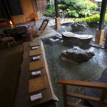 【足湯】大きな足湯は、ご宿泊されているお客様同士の憩いの場。新たな出会いがあるのも、旅の醍醐味。