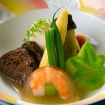 【ご夕食一例】料理長自ら厳選した食材と、食材の美味しさを引き出す京風の味付けをご堪能ください。