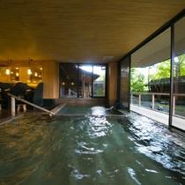 【大浴場】広々とした内湯で、ゆっくりと足を伸ばせば、心身ともに疲れがほぐれていくのを感じます。