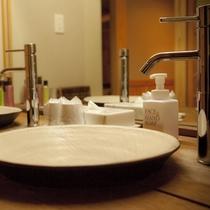 【特別室・三間続き・和室ツイン】洗面台が2台あるのも、三世代やグループ旅行には嬉しいポイント。