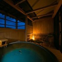 【露天風呂付客室・12畳和室】人気の専用露天風呂は、石や陶器、総檜造りなど、お部屋によって様々。