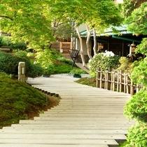 【外観】夏は新緑、秋は紅葉と、季節ごとにその表情を変える庭園を抜けると、「花扇」の入り口です。