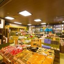 【売店】この地域に古くから伝わる魔除けのお守り「さるぼぼ」をはじめ、飛騨高山のお土産が揃います。