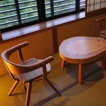 【一般客室・12畳和室】窓際の椅子に座り景色を眺めながら、大切な方と語り合うかけがえのない時間。