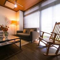 【湯上りサロン】お好みの椅子に座り、ほっと一息。お風呂上がりの待ち合わせなどにもご利用ください。