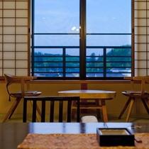 【一般客室・12畳和室】畳に座っても、目線の高さに窓の外の景色を眺めることができるのが嬉しい。