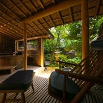 【露天風呂付客室・12畳和室ツイン・庭付】お部屋の露天風呂も、高山の旅館では珍しい自家源泉を使用。