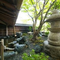 【大浴場】四季折々で変化する日本庭園の景色。夏には新緑の芽吹く木々が、秋には紅葉がご覧いただけます。