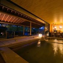 【大浴場】夜は昼間とは一味違う幻想的な雰囲気に。夜の静寂に包まれて、リラックス効果が高まります。