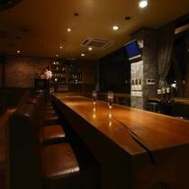 【ラウンジ】夕食後は、ラウンジへ。欅を使った重厚な一枚板のカウンターで軽く一杯。