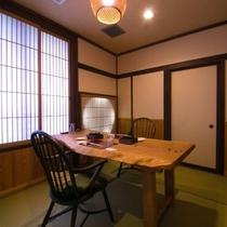 【お食事処】お食事は、プライベートが守られたお部屋または個室食事処にて、お召し上がりいただけます。