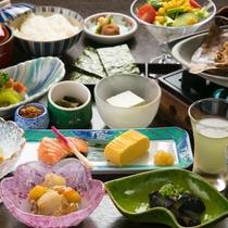 【朝食一例】釜炊きの飛騨高山産のコシヒカリを、地場産食材を使ったご飯に合うおかずと共に味わう朝食。