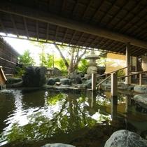 【大浴場】太陽の光が差し込む開放的な露天風呂は風情溢れる岩風呂。日本庭園を眺めながらお寛ぎください。