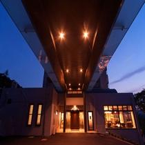 【正面玄関】2013年夏、大改装しました!念願のバリアフリー化、そして雨で濡れずにご入館頂けます