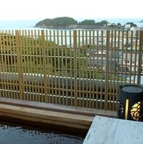 【温泉貸切風呂「天空の湯」】桧のぬくもりと木の香が心地よい屋上の露天風呂です。