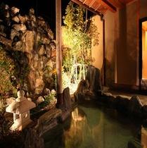 【女性専用露天風呂 磯笛の湯】坪庭と滝の流れる風情のある温泉風呂です。