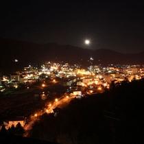 客室から見た月と夜景