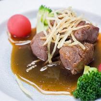 *お夕食一例(焼き物)/肥沃な大地で育った島原和牛。料理長特製ソースでお召し上がり下さい。