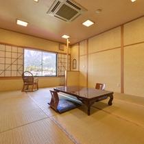 *和室(山側)/畳の香りがほのかに薫るお部屋で、団欒のひと時をお過ごし下さい。
