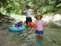 鈍川渓谷で水遊び