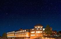 夜空に映える八子ヶ峰ホテル
