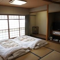 【山側和室】広々和室に「大の字」になって寝るのもアリですよ!