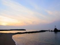 ハワイ海水浴場に沈む夕日