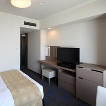 広さ20平米、ベッド幅140cmのビューシングル。セミダブルとして2名さまでのご利用も可能です。