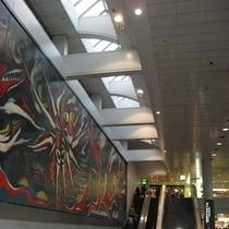 JR渋谷駅と渋谷マークシティをつなぐ2階の連絡通路にある「明日の神話」