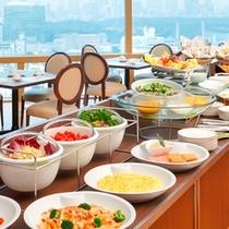 広く取った窓から陽射しがあふれる開放的な空間での朝食は格別です。