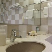 シンプルで機能的なバスルーム。アメニティも十分にご用意しております。