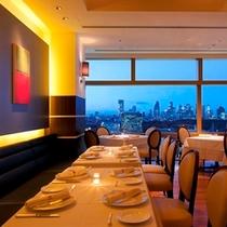 地上100m、最上階25階にある開放的な空間、レストラン「ア ビエント」