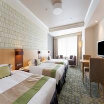 エキストラベッドではなく、幅120cmの正規のベッドが3台のスタンダードトリプルルーム。