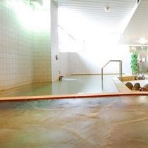【白湯】いちばん広々としたお風呂です。