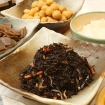 朝食は地元のお母さんが作る手作りの和洋バイキングです!
