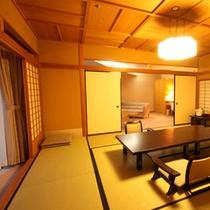 【特別室◇蘭亭】ゆとりひろびろ居間付和室10畳:和室からリビングを望む。