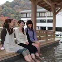 ≪宇奈月温泉、足湯≫当館隣の足湯でのんびりと