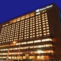 夜でも目立つ17階建てのホテルです