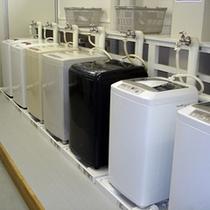 宿泊者専用ランドリールームがございます(洗濯機7台:無料)
