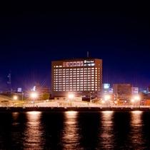 対岸から眺める夜のプリンスホテル