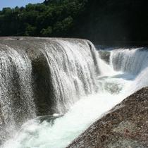 お車で約10分。東洋のナイアガラを称する「吹割の滝」