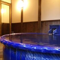 貸切風呂「ふきわれの湯」。片品渓谷の美しい景色を堪能いただけます!