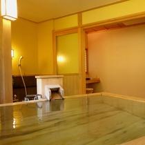 貸切風呂「かたしなの湯」。片品渓谷の美しい景色を堪能いただけます!